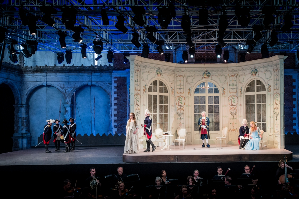 Cosi fan tutte - Mozart - Investec Opera Holland Park - 31 May 2018 Conductor - Dane Lam Director - Oliver Platt Designer - Alyson Cummings Lighting Designer - Rory Beaton Fiordiligi - Eleanor Dennis Dorabella - Kitty Whately Guglielmo - Nicholas Lester